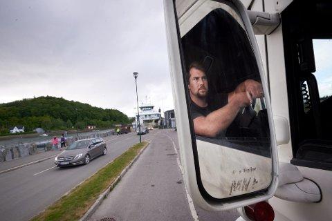 TAP: John Magnus Myhr, daglig leder i J.M.Myhr transport AS, sliter med at det ikke er plass på ferga til Ytterøy. Dette koster bedriften en kvart million i året.