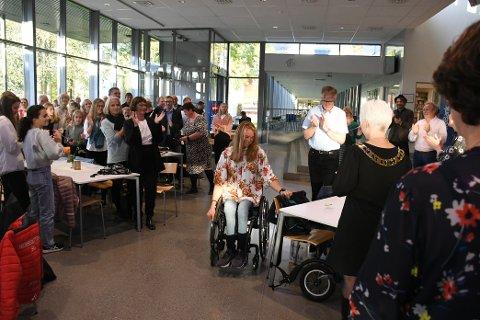 100 inviterte gjester hyllet Birgit Skarstein i kantinen til Levanger vgs tirsdag kveld.