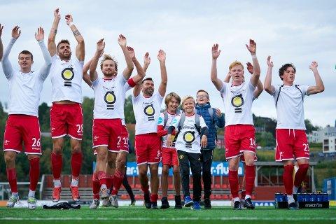 DRØMMEDAG: (Fra venstre) Sigurd Kvello-Alme, Martin Alstad og Håkon Venås Toresen i midten blant feirende LFK-spillere. Etter 3-1 mot Arendal var det mye å juble for.
