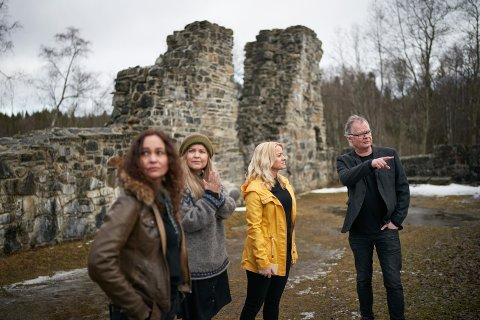 MÅ AVLYSE: Gras, her ved (fra venstre) Inger Lise Andersen, Jeanette Hoseth og Solveig Salthammer Kolaas samt Frode Fjellheim må avlyse utendørskonserten på Munkeby fredag 10. og lørdag 11. september.