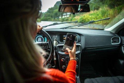 BAK RATTET: 43 prosent sier at de sjekker mobilen mens de kjører.