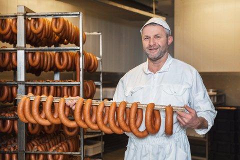 PØLSEMAKER:  Steinar Susegg, pølsemaker ved Inderøy slakteri med nyprodusert julepølse. Denne skal de levere 15 tonn av før jul.
