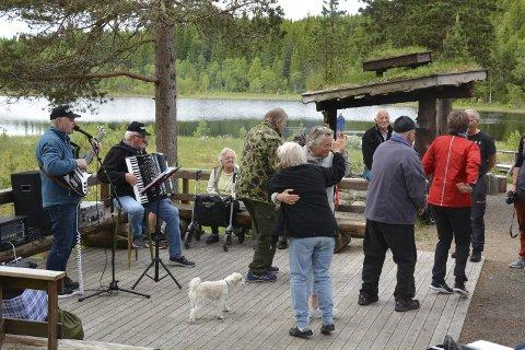 DANS: Levende musikk og dans sto på programmet da hjemmeboende med demens, ansatte og pårørende tok turen til Liatjønna i Mosvik tidligere i høst. 12. oktober starter pårørendeskolen opp i Inderøy.