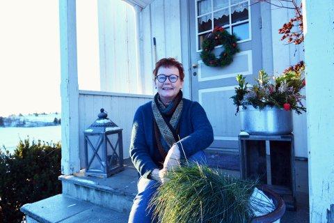 OMPRIORITERER: Astrid Åsen er ikke bare vertinne på og driver av Gangstad gårdsbutikk og ysteri, hun er også bestemor til fire, snart fem. Nå reduserer hun åpningstidene for å være mer tilstede i livet til barnebarna.
