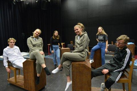 OUR HOUSE:  Avgangskullet ved Inderøy videregående skole setter opp musikalen Our House. Fra venstre: Vegar Holan, Rose Marie Kalhovd, Anne Marie Seem, Nora Furunes Adde, Johanne Støp og Ulrik Bøhn.