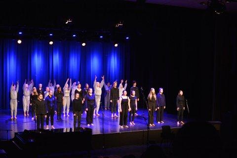 MONOLOGER: Førsteklassingene ved dans og drama skapte et sterkt øyeblikk når de framførte monologer basert på diktet Jeg skal krige av Sofie Frost, tonesatt med Til Ungdommen av Nordahl Grieg.