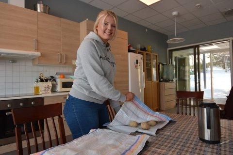 PRAKSIS: Thea Gullberg Skogli valgte nærskolen fordi det gir henne flere muligheter for praksis i nærmiljøet. Nå er hun utpplassert ved Børgin Panorama