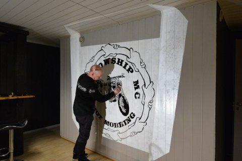 MOT MOBBING: Vegar Elvland i Fellowship MC er i full gang med oppussingen av klubbens nye lokaler på Sundsøya.