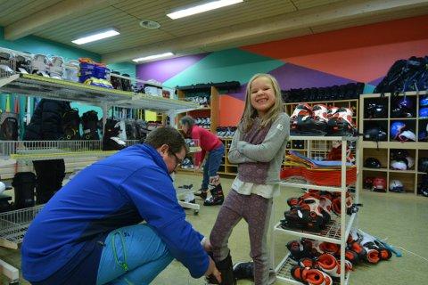TESTER SLALÅM: Tuva Amalie Indgjerd Hammer (6) har bestemt seg for å teste slalombakken i Prestlia. Det har hun aldri gjort før. Låneutstyr fra Bua gjør det mulig uten store investeringer. Det er pappa Frank Indgjerd fornøyd med.