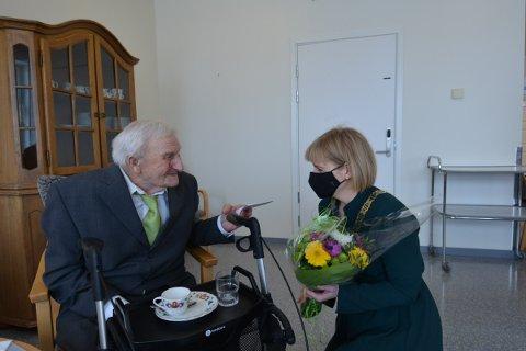 100 ÅR: 100-åringen Ole Johannes Bye ble overrasket med blomster av ordfører Ida Stuberg på bursdagen sin mandag.