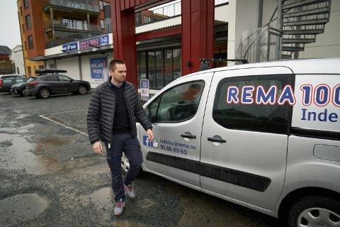 Tommy Rise, kjøpmann på Rema 1000 i Inderøy dro mandag hjem i karantene etter å ha fått beskjed om at butikken har hatt to kunder med britisk koronasmitte på besøk i butikken på Nessjordet.