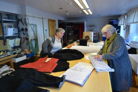 OVERLEVERING: Eva Steinvik Wold følger nøye med i instruksjonene fra Sigrun Amdal om hvordan mannsbunad fra Namdalen skal sys. Det er mange detaljer som må på plass i det tradisjonelle håndverket.