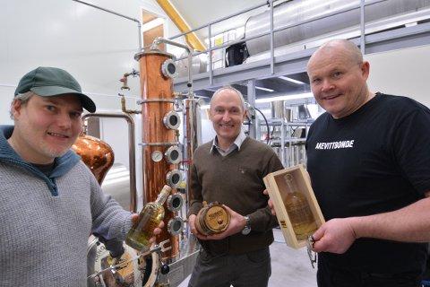 OPERASJON RYPE: Urtespesialist Jim-Andre Stene, Lars Bugge Aarset og Svein Berfjord i Inderøy Brenneri  gleder seg til å presentere sin nye akevitt med smaker  fra Gjefsjø fjellgård i Snåsa for markedet