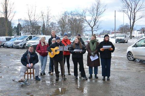 SOLIDARITETSKONSERT: Elevene ved linja Solidaritet Nord-Sør på Sund Folkehøgskole, benyttet vinterferien til å holde små solidaritetskonserter rundt omkrin i Inderøy.