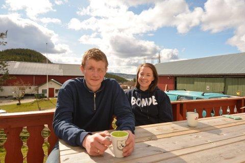 BONDEOPPRØRET: Vegard Karlgård (27) og Margrete Letnes (25) satser på bondeyrket tross lav lønnsvekst og lange arbeidsdager. – Vi har tor på at vi kan leve godt som bønder, sier det unge paret.