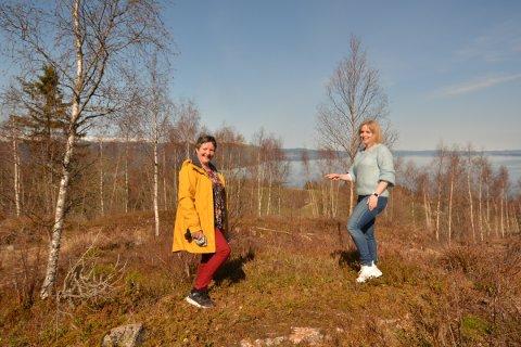 TOMTER: Solveig Gran Samdal og Ida Stuberg på VEnnesfeltet i Framverran.  Kommunen har nylig solgt fire helårstomter her.