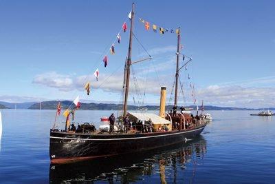 Forskjønner fjorden: SDS Hansteen er en fryd for øyet der den duver i Trondheimsfjorden på vakre sommerdager. Her ligger den ved Jørstadsjøen på Ytterøy.