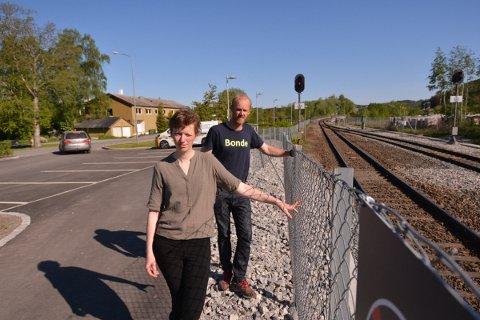 GJERDER: Åsa Okkenhaug og Torstein Næss i Indeøry Bondelag skal bruke lørdagen til å sjekke gjerdene langs jernbanelinja fra Koabjørga til Røskje.  Vi må gå i private hager.