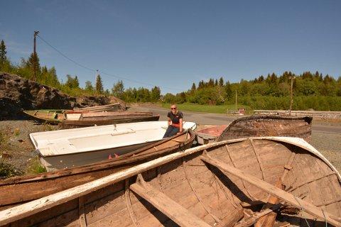 BÅTVRAK: Kristin Gausen Løseth, leder i skigruppa i Inderøy IL oppfordrer alle som har en gammel, oppbrukt båt liggende til spott og spe om å ta kontakt, så kan skigruppa hente den.
