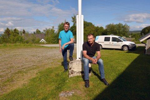 BREDBÅND: Jonny Melting og Edgar Markhus har ventet i mer enn et tiår på at det skal komme bredbånd til Framverran. Til høsten blir det økte surfemuligheter for karene.