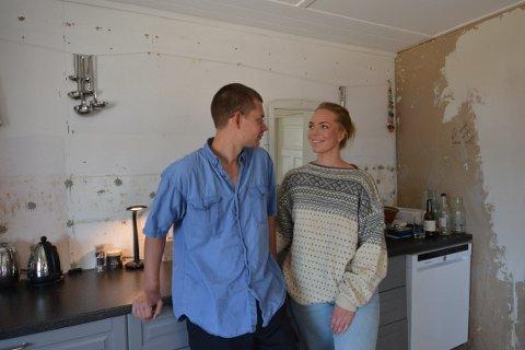 OPPUSSING: At de har kjøpt seg arbeid, bekymrer ikke Maja Fasting og Oskar Mengshoel spesielt mye. De koser seg med oppussingen og passer på å leve paralellt.