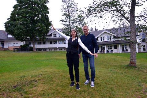 FESTIVALHOTELL: Resepsjonssjef Jurate Savickaite og hoteldirektør Olav Slapgaard ser fram til å ta imot gjestersom har tenkt seg på visefestival i september. Som festivalhotell tilbyr de eksklusive pakker for festivaldeltakerne.