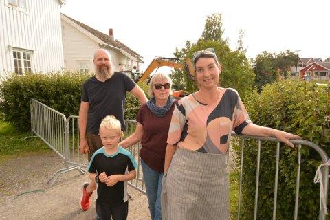 SAVNER INFO: Einun Skorem, Kirsten Wist og Heidi Mitsel har alle adresse Nergata. De savner bedre informasjon fra kommunen angående gravearbeidene i Nergata som sperrer inne både hjem og næringsvirksomhet.