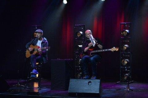 TRUBADURER: Jo Nesbø og Lars Jones dro publikum med på en reise gjennom et musikalsk landskap under fredagens konsert på Gullkåinn,  visefestivalen på Inderøy kulturhus.