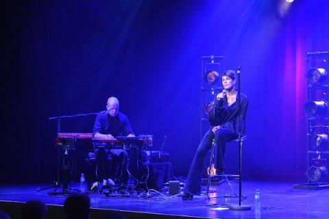 TERNIGKAST SEKS: Kari Bremnes i Inderøy Kulturhus under Gullkåinfestivalen med Bengt Hansen som musiker og korist, var strålende fornøyd med publikum etter konserten lørdag ..