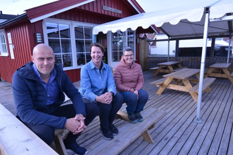 HØSTMARKED: Terje Sjøvold, Hanne Svenning og Camilla Green ønsker både utstillere og besøkende velkommen til høstmarked på Hylla 2. oktober.
