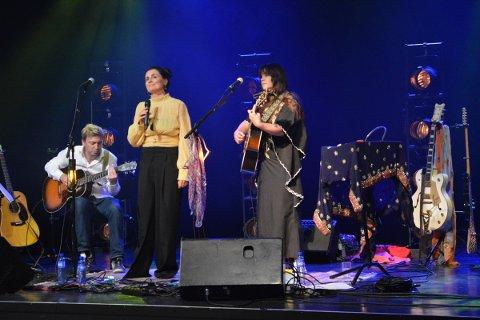 FIN TRIO: Rasmus Rohde, Marte Hallem og Ida Jensus avsluttet konserten med en felles hyllest til Bob Dyllan.