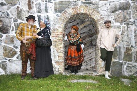 GLEDER SEG: Roel Houtsma (t.v), Evelyn Kongstein, Solfrid Utgård og Christer Berg gleder seg til å spille forestilling sammen. Foto: Privat