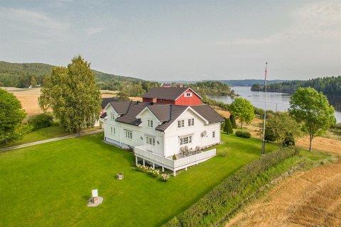 IDYLL: Gården ligger vakkert til ved Bjørkelangensjøen. Foto: Ketil Koppang Landbruks- og Næringsmegling.