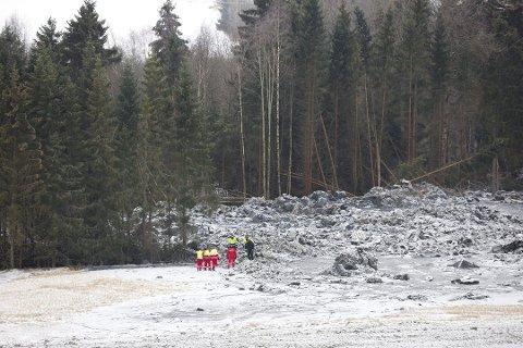 SØKER: Letemannskaper er i ferd med å søke seg gjennom de enorme skredmassene i Sørum.