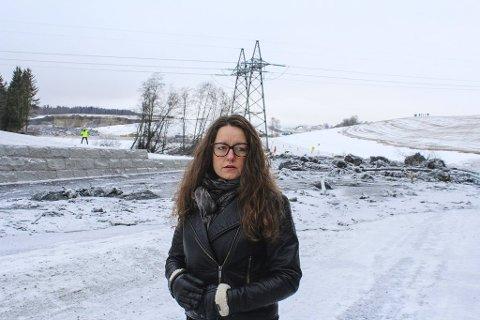 STERKT INNTRYKK: Marianne Grimstad Hansen besøkte rasstedet i går. Her ved brua over Asakbekken i Knattendalen der kvikkleira gikk over den nye fylkesveien som skulle åpnes om kort tid. Skredet ligger oppe til høyre.