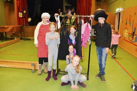 klare: Mathilde Kristin Andersen (t.v.), Emma Andresen, Annika Hellerud, Henrik Nymoen, Emma, Johanna Aamodt og Randi Blystad (foran) er klare for juleforestilling.