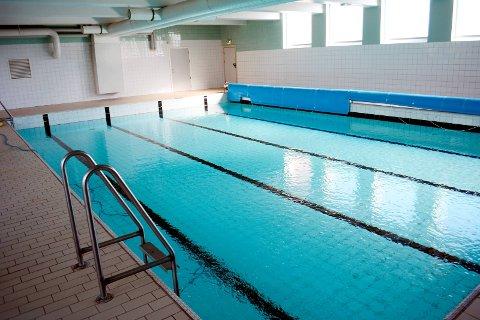 Nina Granerud Fjeld i SHIUL og FAU-leder Jonny Skogholt ved Bråte skole vil kjempe med nebb og klør for at svømmebassenget på skolen ikke blir nedlagt.