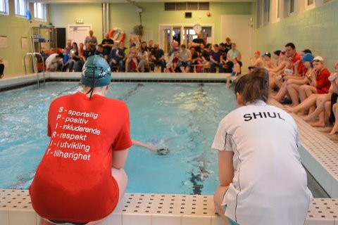 Det var fullt hus i svømmehallen på Bjørkelangen på lørdag.