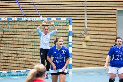 TILBAKE I BLÅTT: Mina Smonsen trives med å aksle Høland-drakta igjen. T.v.: Hanne Dalen, t.h.: Henriette Hoel. Foto: Privat