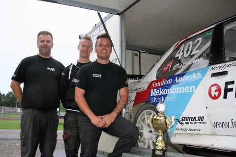 Hans-Jøran Østreng (t.h.) er den føreren som har holdt det høyeste nivået i rallycross supernasjonal klasse 4 så langt i sesongen. Her med to av sine gode medhjelpere, Jørgen Ragnif og Espen Sørlie, etter helgas 3. plass. Foto: Trym Helbostad
