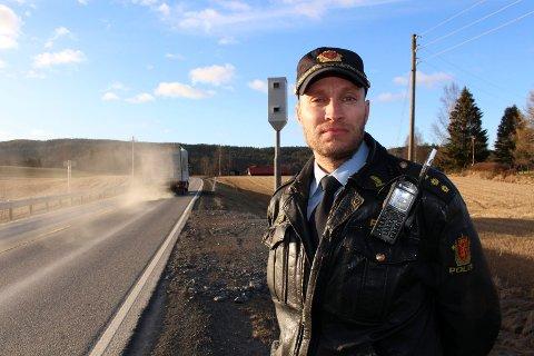 ETTERFORSKER SYKKELTYVERIER: Politibetjent Thomas Hestvik ved Sørum lensmannskontor. Foto: Romerikes Blad