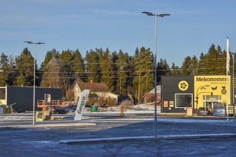 Veien inn til det gamle småbruket Holen går mellom Mekonomien og nybygget til Plantasjen på Bliksrud.