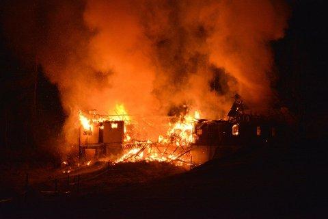 Låven brant ned til grunnen. Foto: Glenn Thomas Nilsen