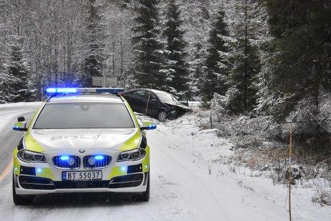 En bil havnet i grøfta på fylkesvei 21 ved Grasmo på Setskog.
