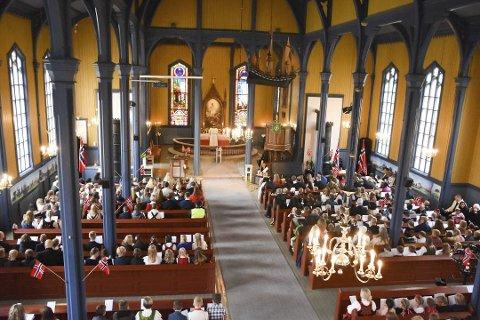 Full kirke: Her har gudtjenesten i Aurskog kirke akkurat startet og benkeradene er fylt opp som tidligere år.