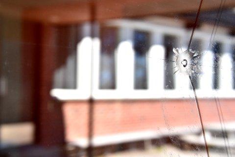 Flere vinduer på Bråte skole er ødelagt av kulehull. Hendelsen skal ha skjedd i løpet av helgen.