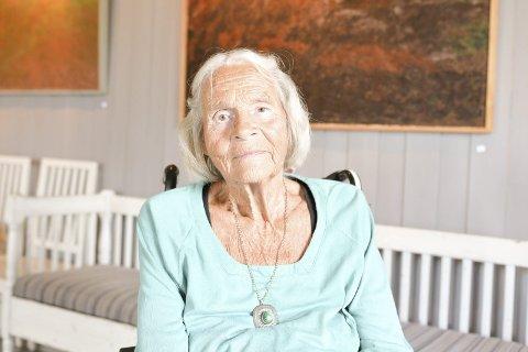 Tekstilkunstner: Agnethe Hidle foran mannens siste verk. - Jeg jeg synes bildene kler veggene her på en gammel og flott prestegård, sier hun.