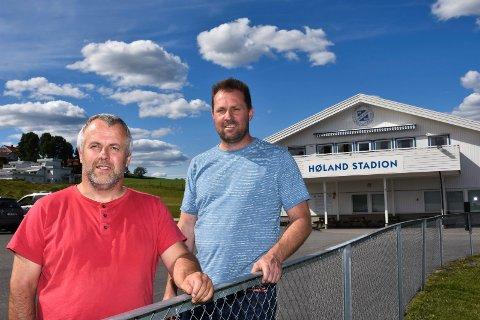 BYGG HER: Simen Solbakken (H) og daglig leder Bjørn Ottesen i Høland IUL mener Høland stadion er det optimale stedet for ny barnehage på Løken. Foto: Øyvind Henningsen