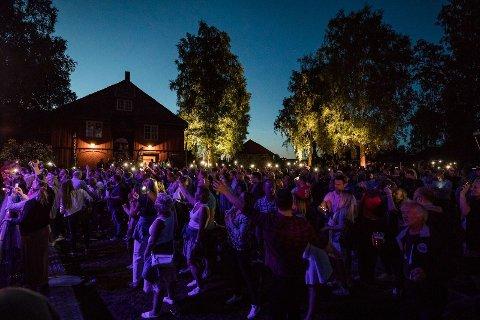 SOMMERSTEMNING: Publikum koste seg under skyfri himmel begge kveldene under Sommerfest på Blaker Skanse.