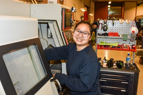AVANSERT: Som lærling i CNC maskinfag får Chanipa Dencharoen en avansert fagutdanning med blant annet programmering og styring av store maskiner med roboter.